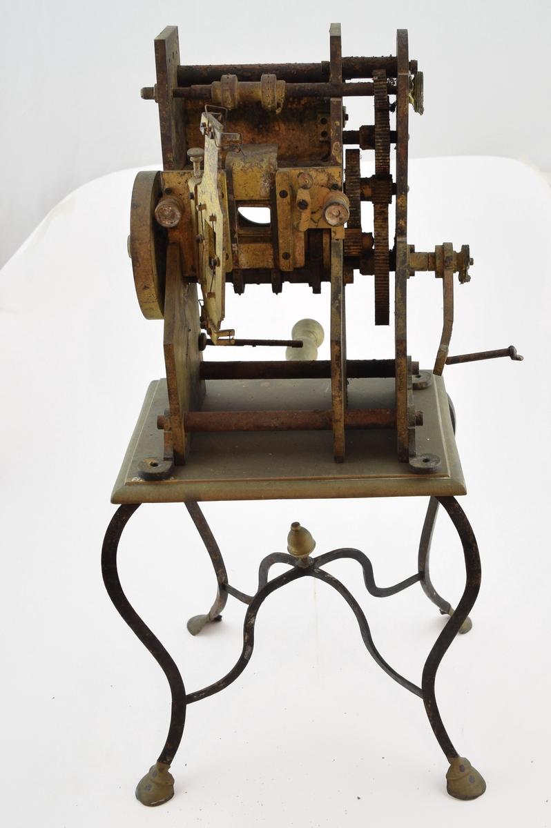 Liten hånddrevet kinomaskin, feste for elektrisk pære. Til å skrus fast på et bord.