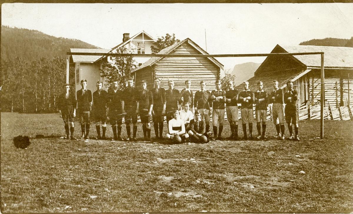 To fotballag på Bagnsmoen ca 1915. Det eine er laget til Begnadalen.