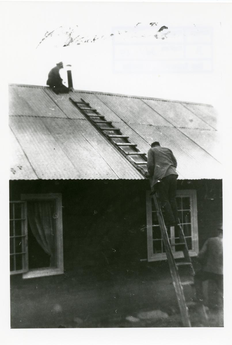 Ole og Sigurd Islandsmoen på Blomstølen med takreparasjon.