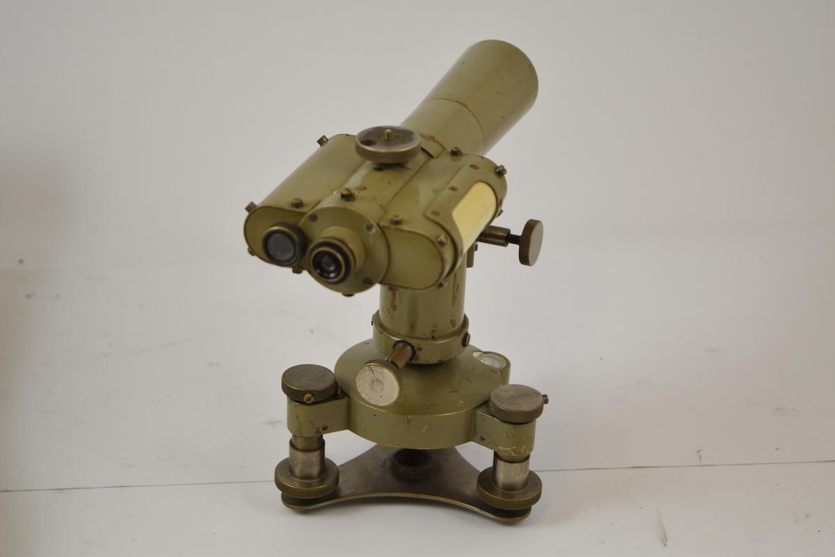 Landmålingskikkert/teodolitt brukes til å måle nivå/høydeforskjeller i terreng. Instrumentet er montert i trekasse med stropp.