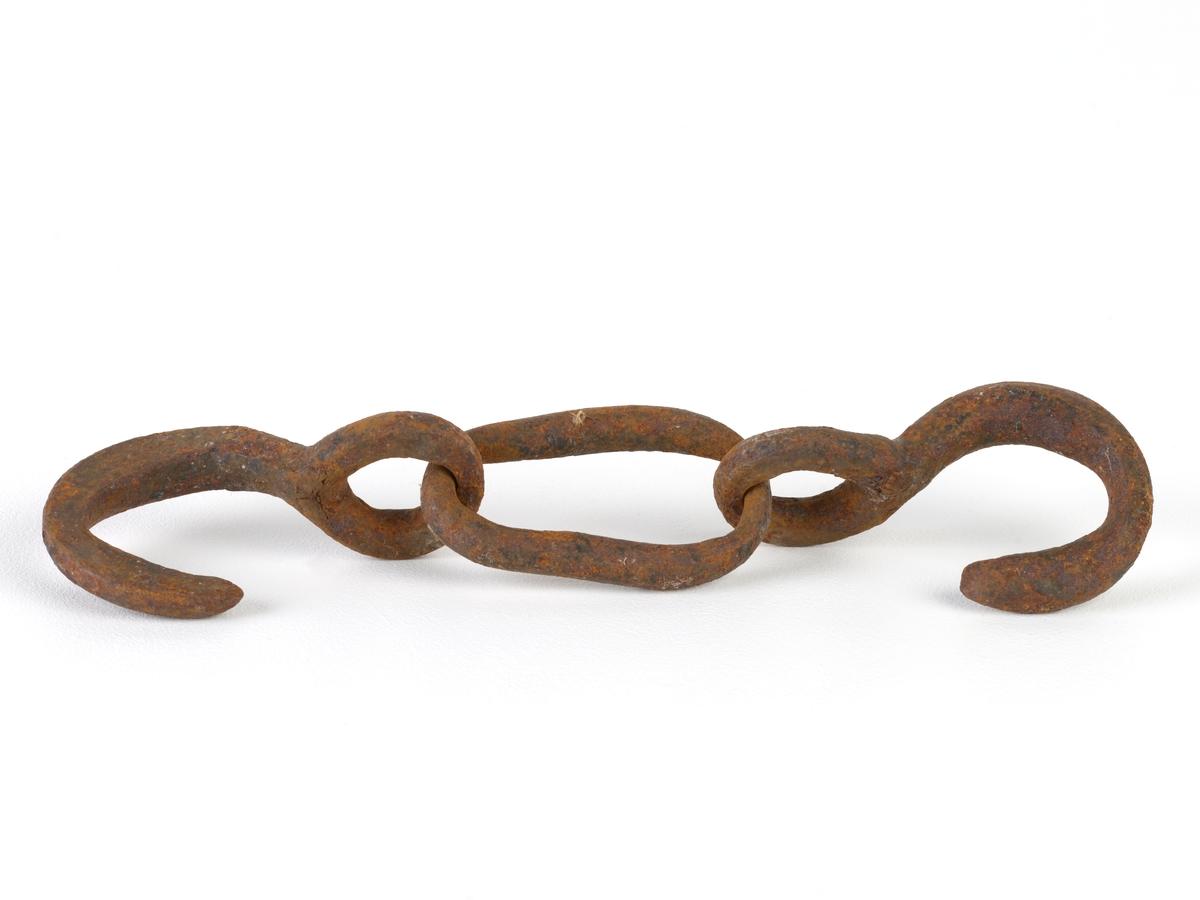 Jernkroker, to håndsmidde forbundet med en kjettingløkke. Krikene vender mot hverandre. Har sannsynligvis vært brukt til skips eller taljekroker.