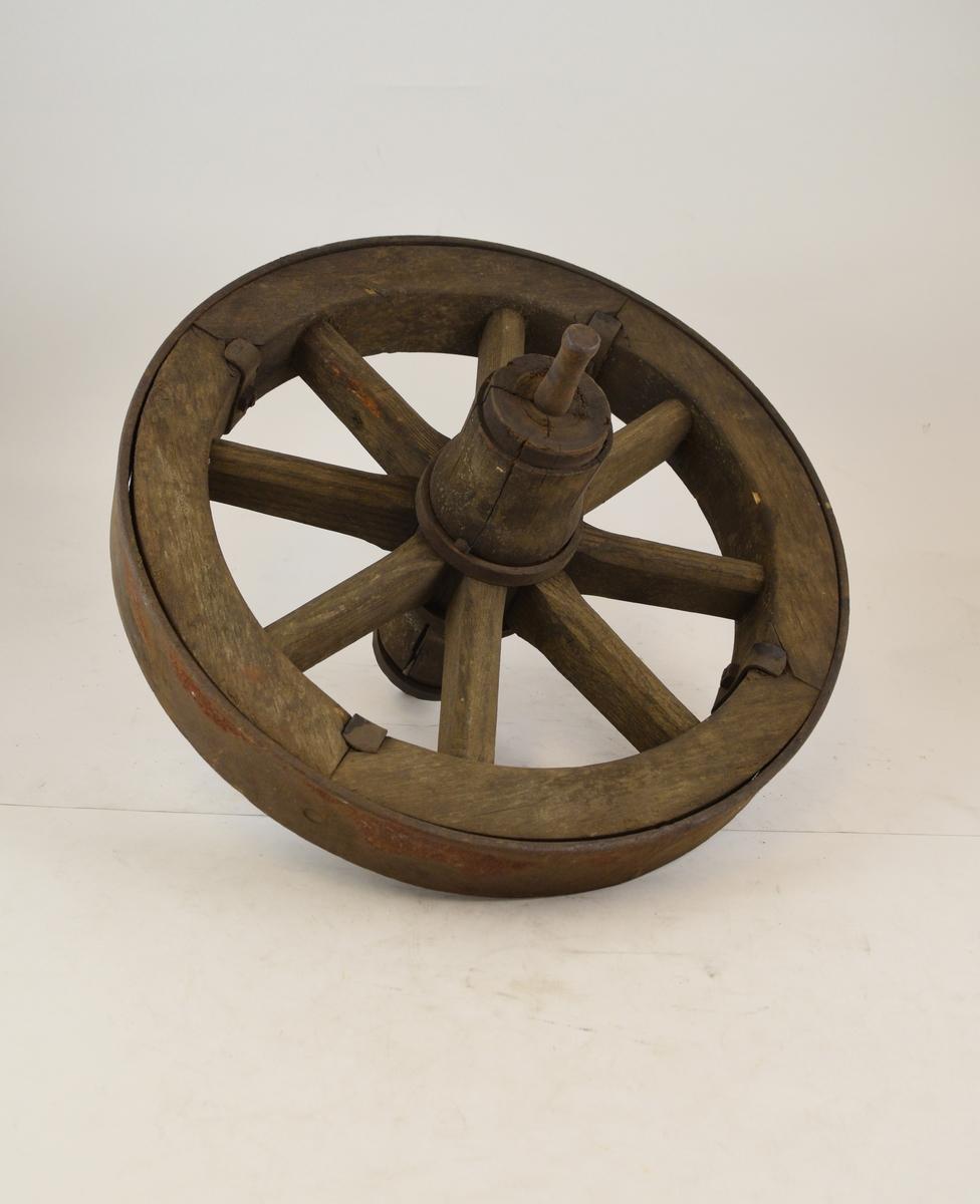 Trehjul med metallbeslag og metallnav. Trolig hjul til trillebår brukt på stasjonen / omlastingstomta.