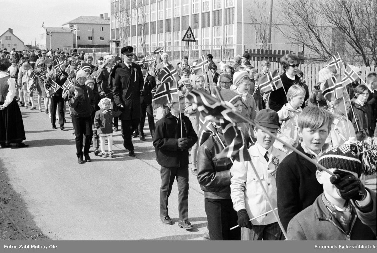 Vadsø 17.5.1969. Barnetoget med læreren i midten, han bærer studenterlue. Fotoserie av Vadsø-fotografen Ole Zahl-Mölö.