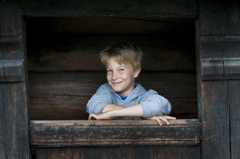 Gutt i svalgang i Friluftsmuseet. (Foto/Photo)