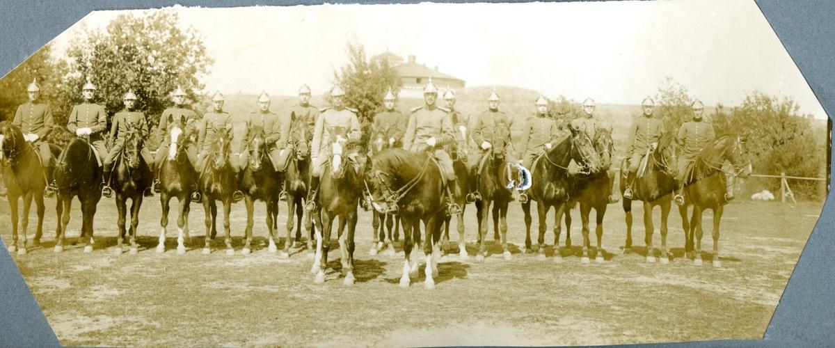 Officerare (16 man), Karlsborg. Till häst.