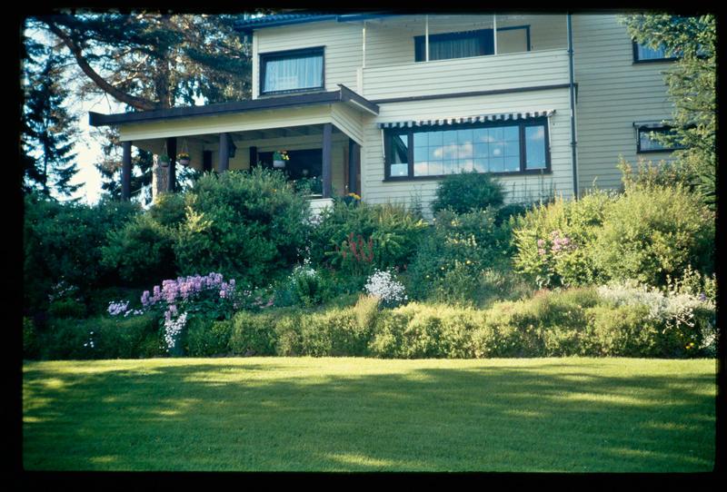Sandmo villaen slik som den så ut fra hagen i 1980-årene. Legg merke til det flotte staudebedet foran terrassen. MiA.