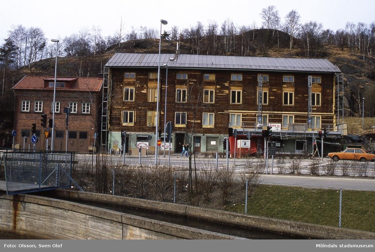 Bebyggelse vid Gamla torget i Mölndal, maj 1987. Gamla stadshuset renoveras och återställs i så ursprungligt skick så långt som möjligt. Till vänster ses Kvarnbygatan 41 och till höger Kvarnbygatan 43.