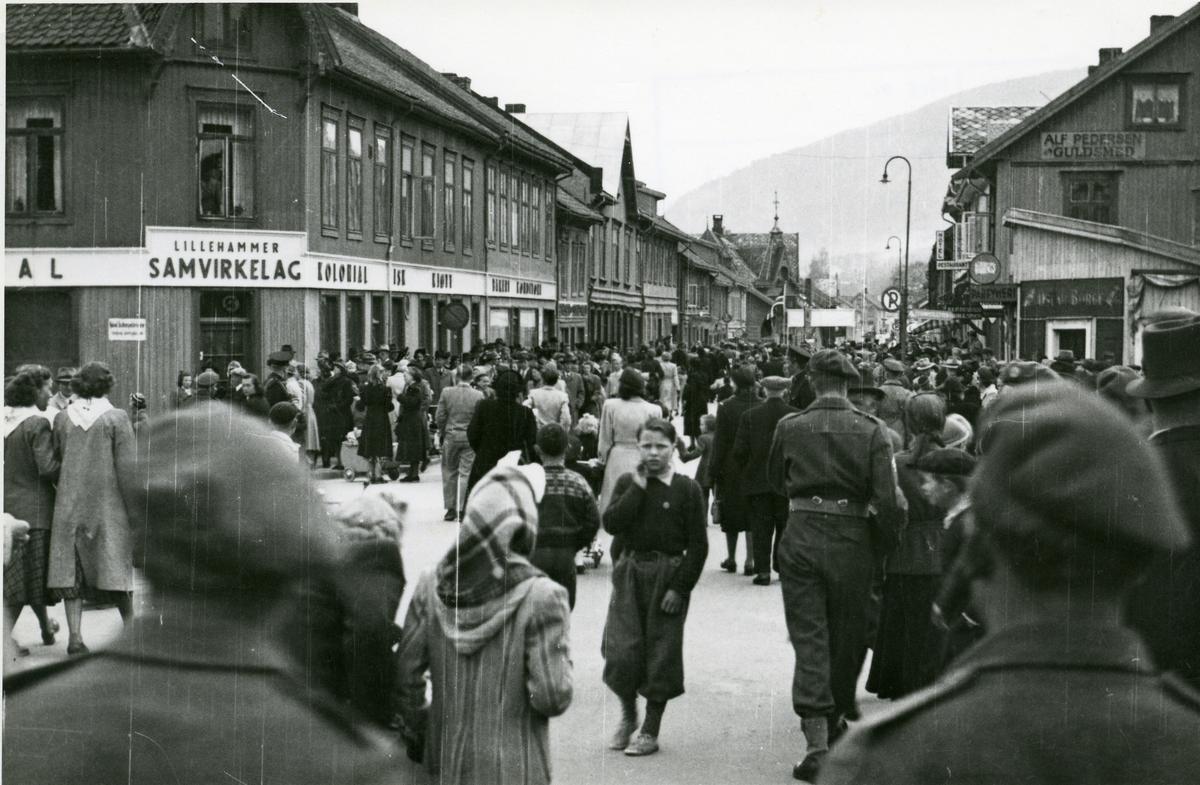 Folkemengde i Lillehammer under ei 1.mai-feiring i 50-åra.