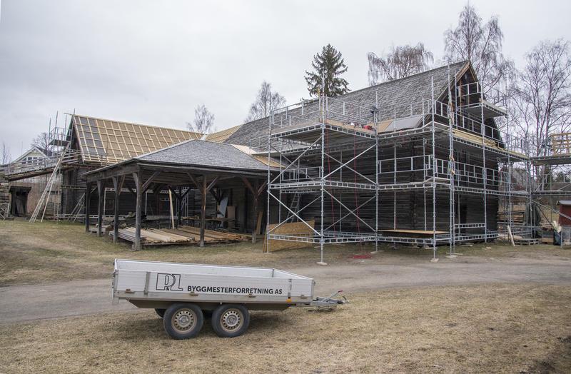 Tomterlåven midt i prosessen med å skifte taket.