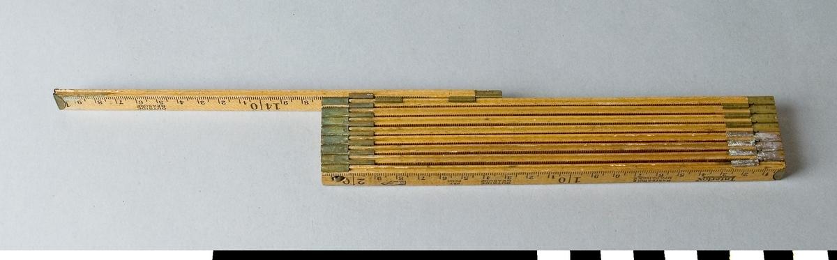 Meterstock av trä med vilken både ut- och invändiga mått kan tas. Den är 9- delad och har 1 ½ meters längd. Meterstocken är hopskjutbar. När den är hopskjuten är alla delar, förutom den första låsta. När den ska öppnas utdrages den första delen vilken då löser den andra o.s.v. På meterstocken är stämplat Interlox, MASTERSLIDE RULE, MASTERRULE, MFG CO. INC. N.Y. OUTSIDE MEASURE, PAT PEND. På sidan för invändigt mått står dessutom MADE IN USA samt i röd färg Inside Measure och READ HERE och en pil.  Funktion: Hopfällbar mätsticka