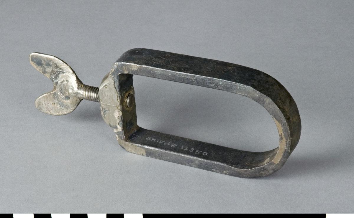 Fäste av järn för runda arbetsmaterial som fixeras med en skruv.  Funktion: Fixering av runda arbetsstycken