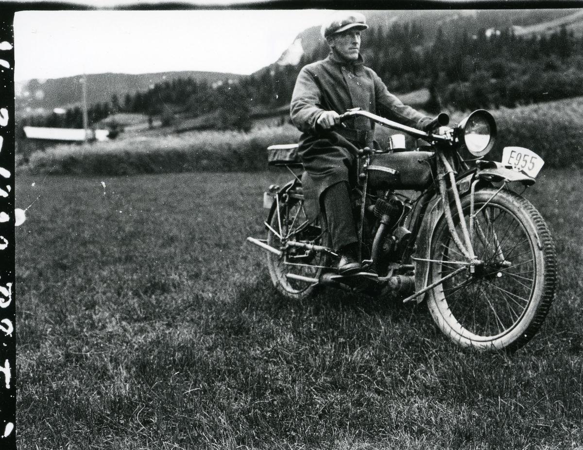 Ole Olsen Listrud på motorsykkel på 1920-talet.