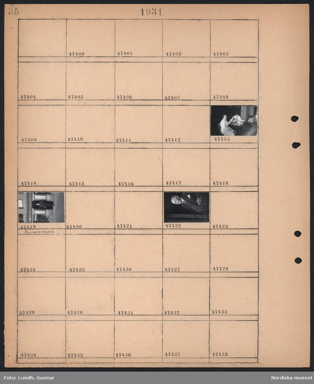 """Motiv: (ingen anteckning) ; En kvinna och en man sitter vid ett bord och läser tidningar, En man """"Gummeson"""" står i dörren till en affär med skylt """"Gummesons""""."""