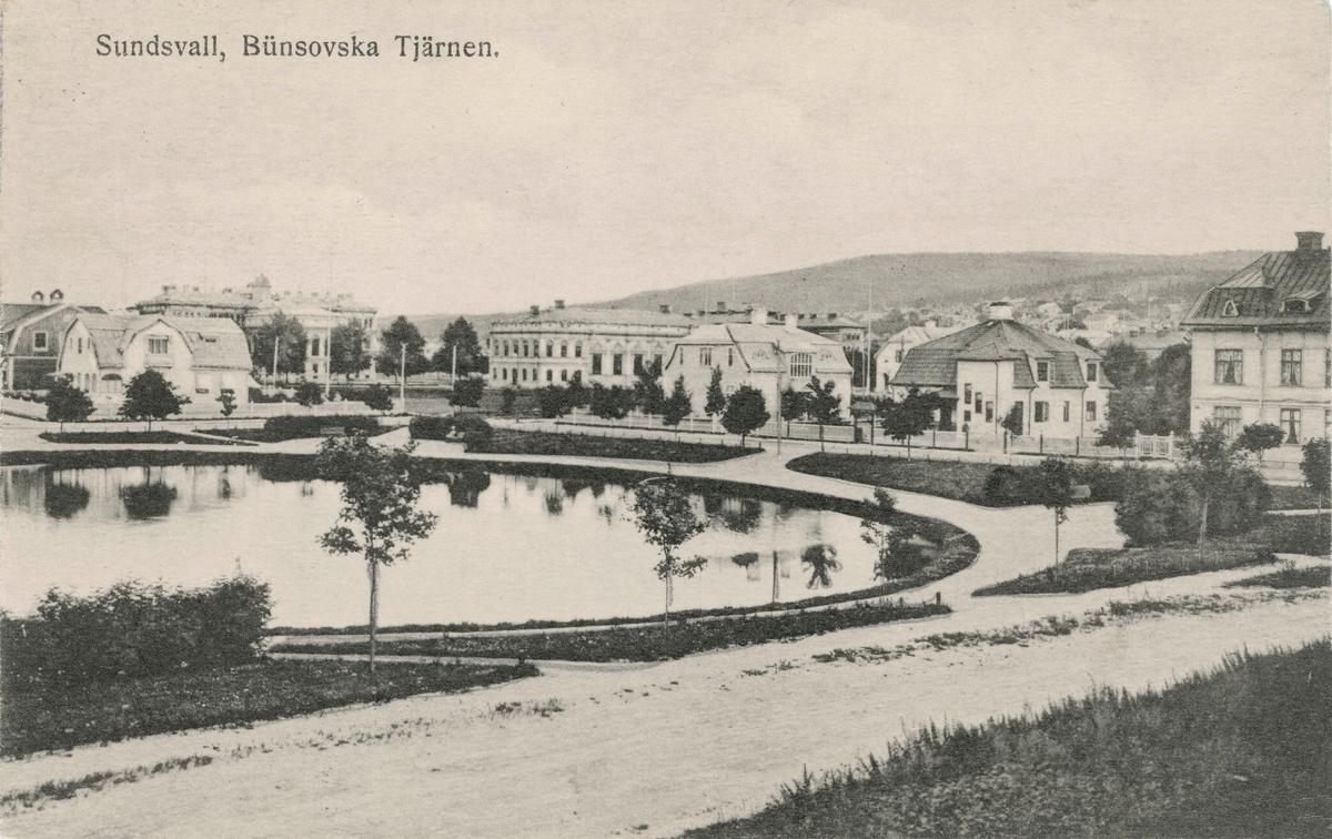 "Bildtext till vykort ""Sundsvall. Bünsowska Tjärnen."""