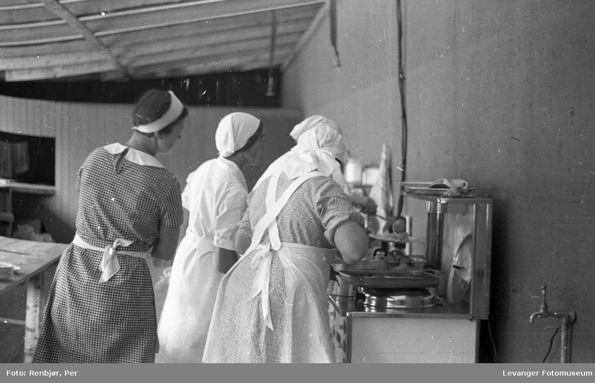 Fra byjubileet i 1936 sommerutstilling, kokker på kjøkkenet.
