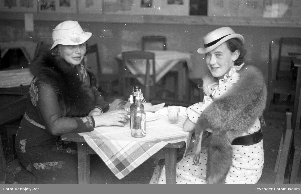 Fra byjubileet i 1936, sommerutstillingen, to kvinner spiser.