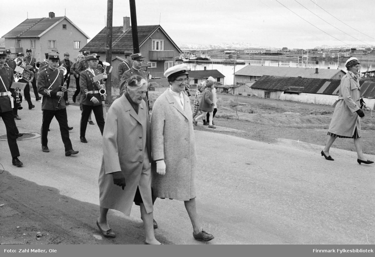 Vadsø 1968, Sangen og Musikkens Dag. Sangere går i prosesjon. Korpset går hakk i hel.
