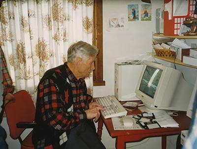 Børge Garpestad har teke i bruk den nye tida med datamaskin. Digitaliseringsmeldingen åtte år etter.