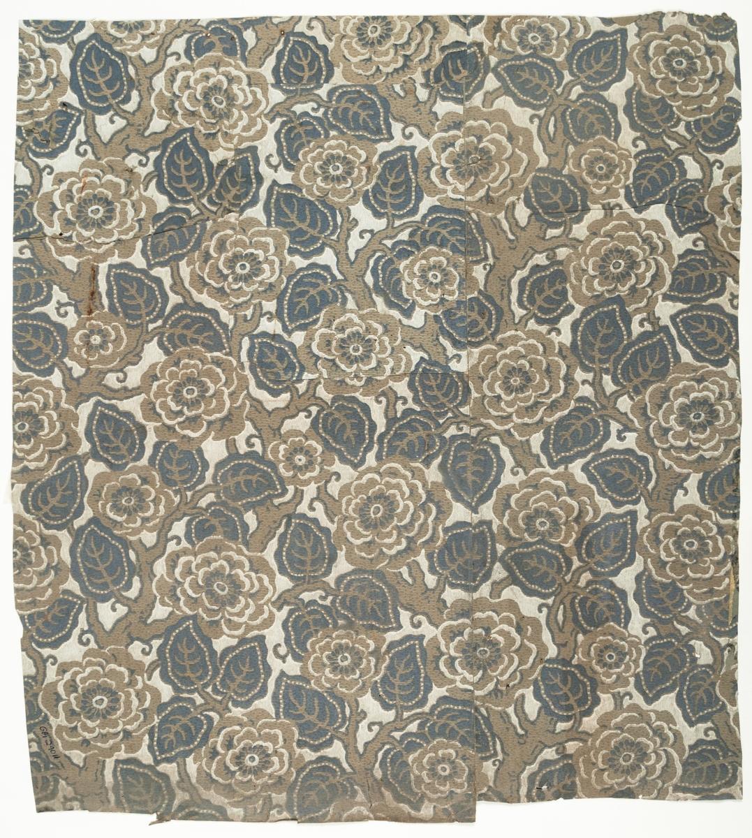 Ljusgrått genomfärgat papper med tätt ytfyllande blommönster i vitt och gråblått. Textilimiterande.