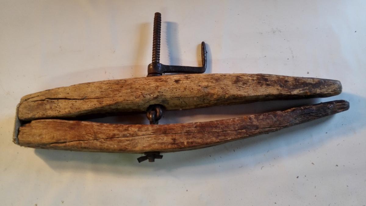 Båtskrua er ca 85 cm lang, med jarnskrue og sveiv. Ho er hengsla saman med ein bit frå ei drivreim. Reiskapen er velbrukt, men i god stand.