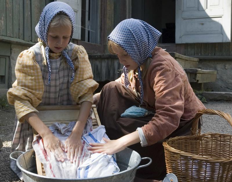 Klesvasken kunne ta hardt på små fingre ... mye såpe, vann og skrubbing måtte til.