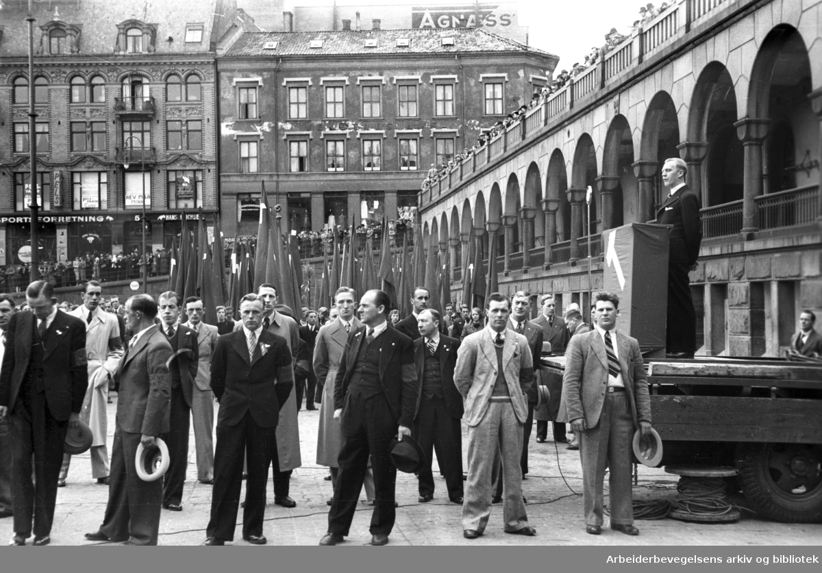 1. mai 1938, flaggparade på Youngstorget. Foran talerstolen sees medlemmer av Arbeidernes Ordensvern.
