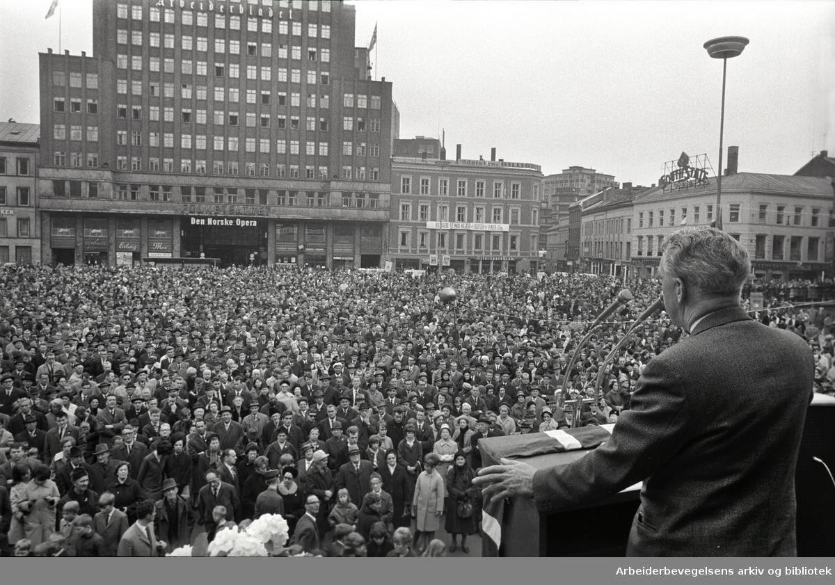 1. mai 1966, George Woodcock generalsekretæren i det britiske LO, taler på Youngstorget.