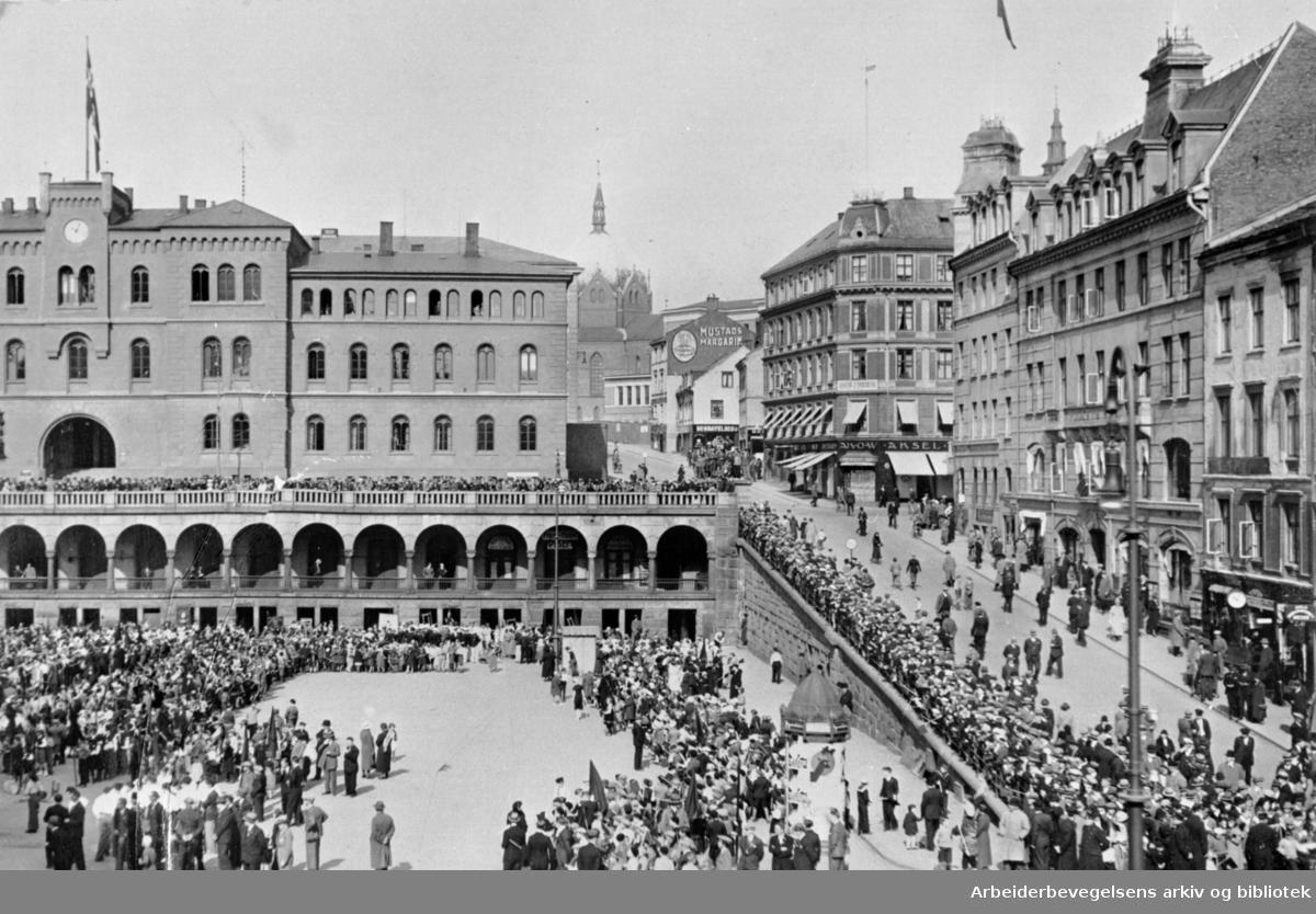 1. mai 1934, barnelagene samles på Youngstorget før barnetogets avmarsj.