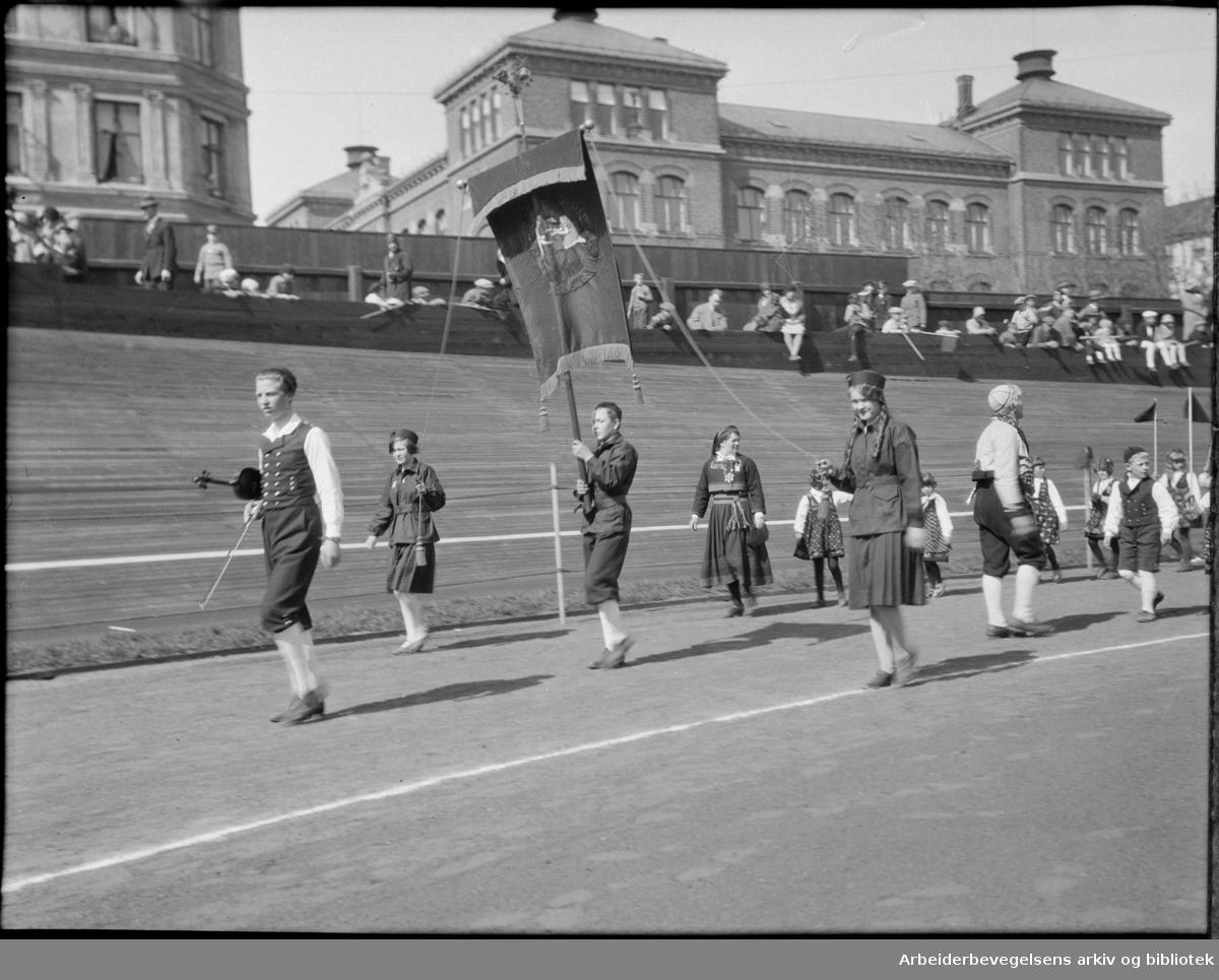 Barnelag fra Oslo, 1. Mai 1932 på Dælenenga idrettsplass. Grünerløkka skole i bakgrunnen..Arne Linderud med fiolin