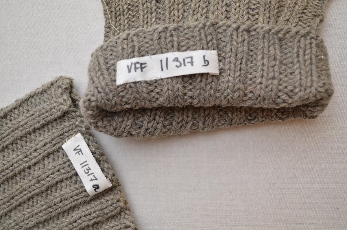 Sokk (a+b), i grått ullgarn. Stoppa med hvitt og koksgrått garn.