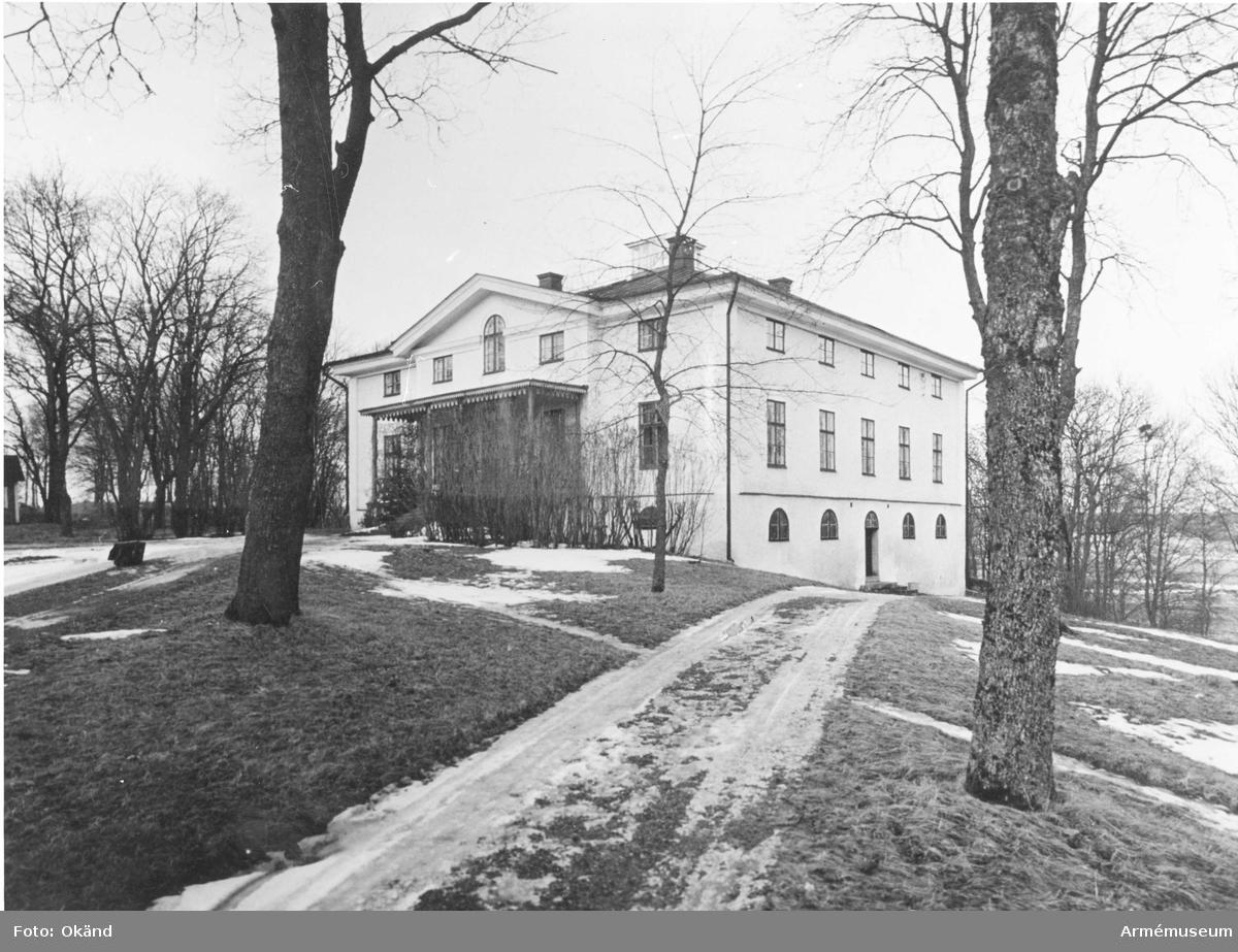 Överstebostället Landsberga i Biskobskulla, tillhörande Upplands regemente I 8.  Byggt av G. af Sollén 1797-1800.
