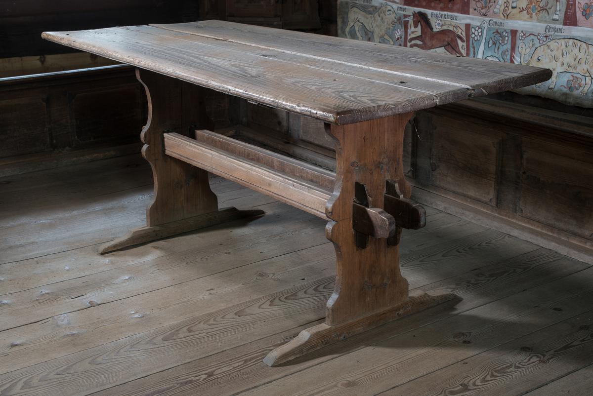 Bord, bockbord, av trä med skiva på två bockställ med två enkelståndare och dubbla regelbommar.