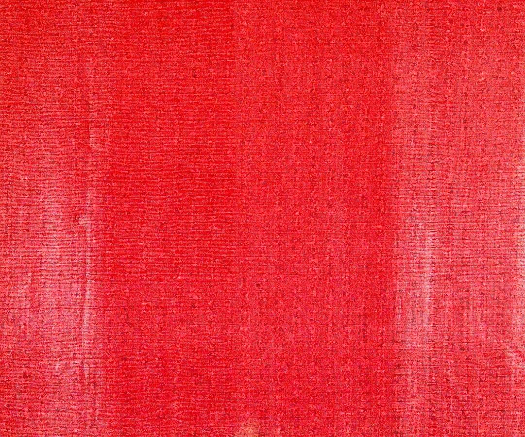 Ett textilimiterande randmönster i rosa på ett rött genomfärgat papper. Övertryck med rutmönster.     Tillägg historik: Tapet från gårdsmagasinet på Bråborgs kungsgård - Norrköping.