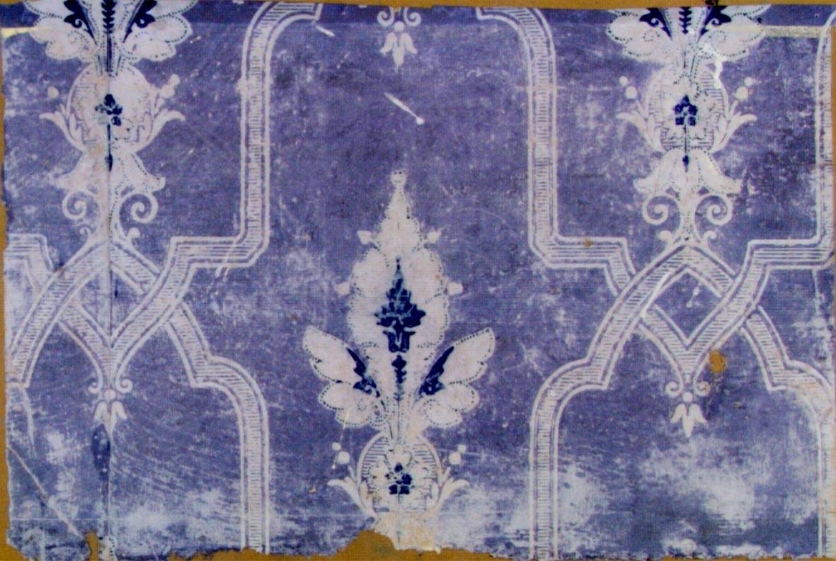 Storfigurigt mönster med bandslingor och franska liljan i ljuslila, kobolt och gråvitt.