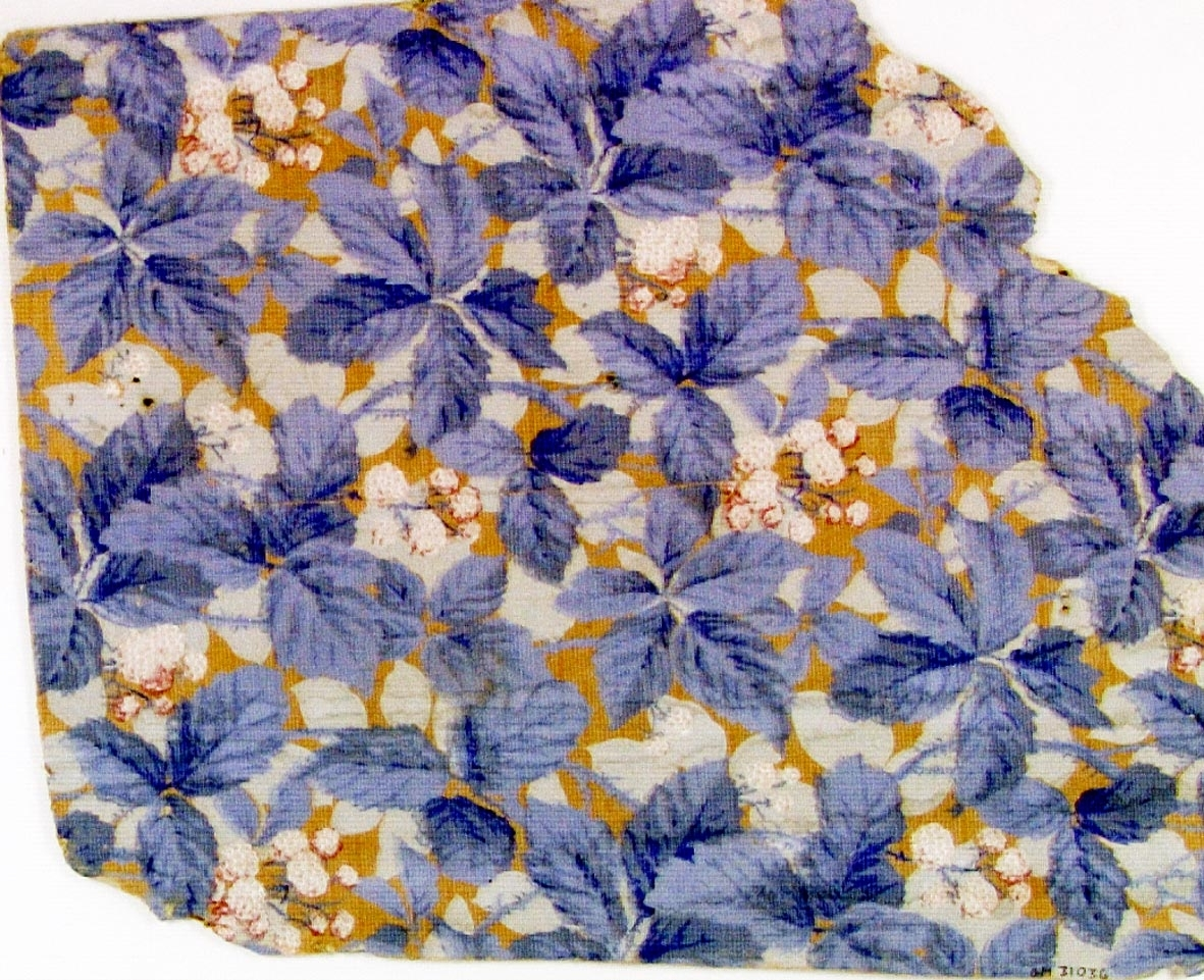 Tätt ytfyllande blad-/blommönster i ljusgrått, rosa och vitt samt i flera ljusblå nyanser på ett ofärgat papper. Övertryck med ett vitt randmönster.