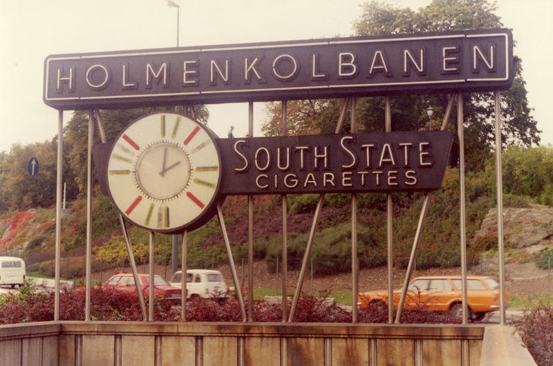 Reklame for South State sigaretter ved Holmenkolbanen i Oslo 1975.