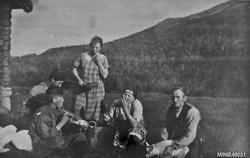 Johan, Peter, Gunvor, Olaug og far, møssmør smaking.