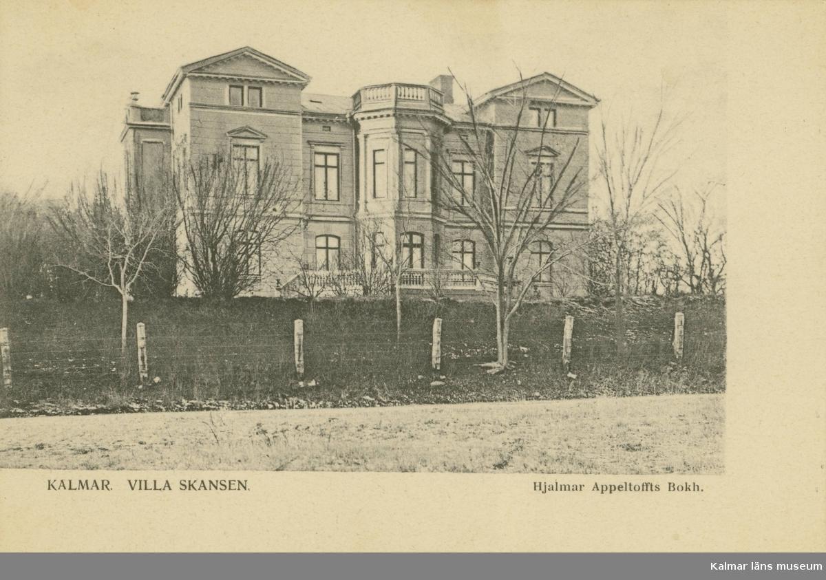 Kalmar, Gamla stan, Kv Skansen, Skansgatan. Bastion S:t Erik. Den som lät bygga villan 1883 var handlaren och v. konsuln John Oskar Roosval. Arkitekten John Wilhelm Löfmark har ritat villan.