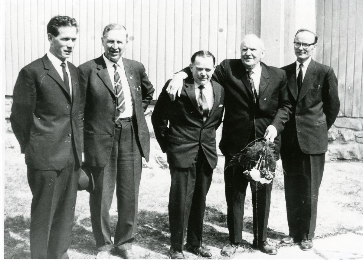 5 menn i dress i forbindelse med sangstevne i Bagn, Sør-Aurdal. Den ene har en blomsterbukett i hånda.