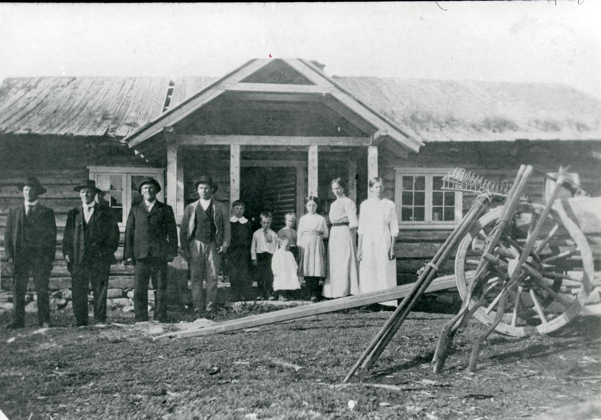 Familien på midtre Brattrud samla på setra Bukfyll, Sør-Aurdal.