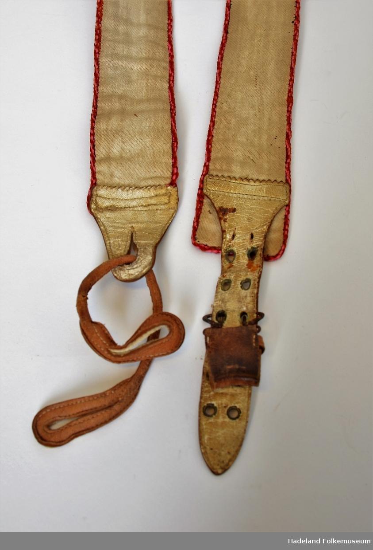 Et par bukseseler, broderte med skinnhempe. Den ene er reparert i nyere tid (skinnarbeid). Foret med kypervevd lin. Repeterende mønster.