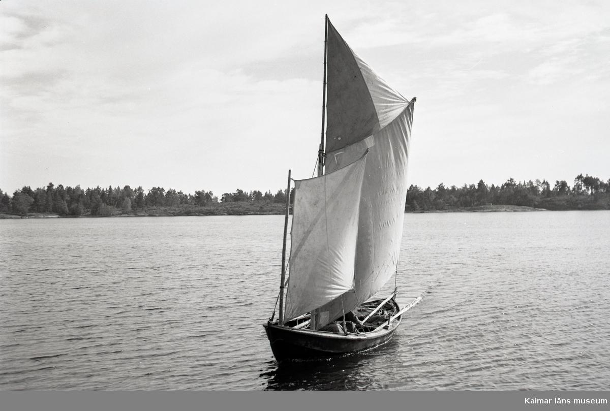 Karl Pettersson med sin roddsump under segel.