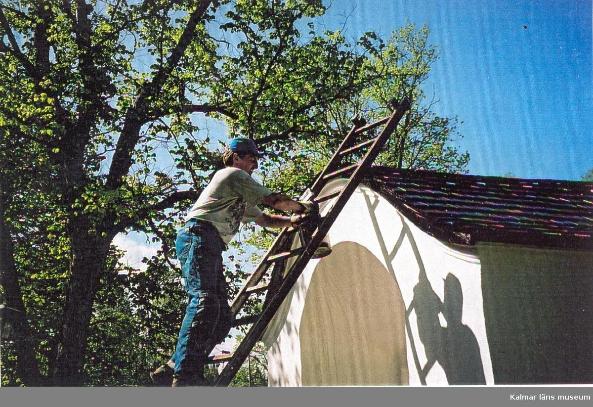 Tjärning av taket till stigluckan vid Pelarne kyrka.