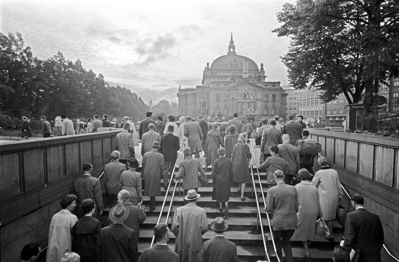 Passasjerer på T-banen kommer opp på Nationaltheatret stasjon, Oslo. Fotografert 7. sept. 1962. (Foto/Photo)