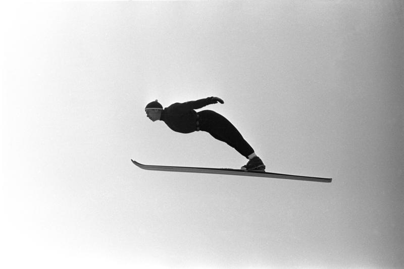Hopper i svevet. Hopptrening i Midtstubakken i desember 1961. (Foto/Photo)