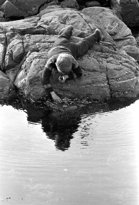 Lillehavn, Lindesnes, 1967. Lek i strandkanten, svaberg.