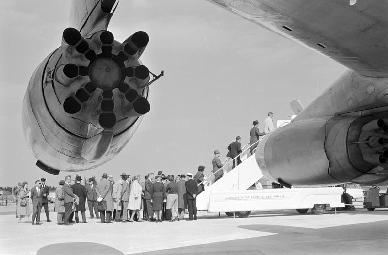 Passasjerer går ombord i fly.