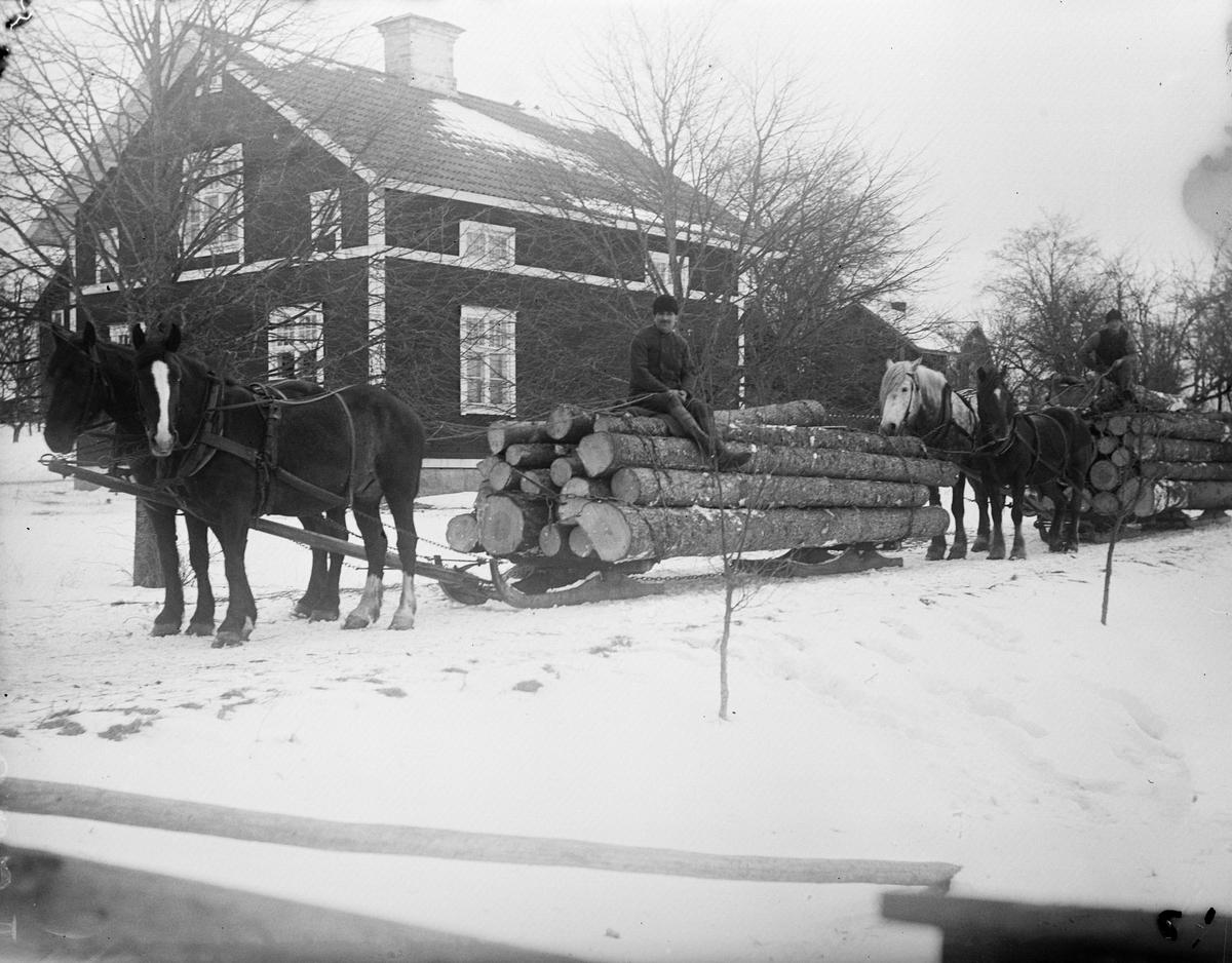 """Efraim Eriksson från Forsby och Karl Rollin från Sävasta """"med timmerlass"""", Sävasta, Altuna socken, Uppland 1923"""