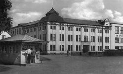 Pressbyråkiosken vid Stationsplan. I bakgrunden Ljungdahls.