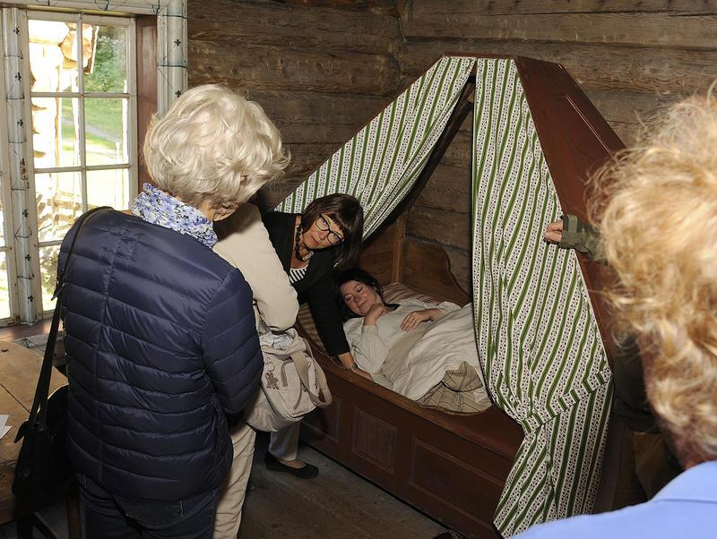 En kvinnelig historiker forteller publikum om ulike sovevaner, i ei slags himmelseng ligger ei kvinne og sover. (Foto/Photo)